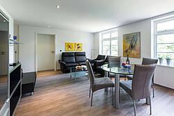 Wohnbereich der Ferienwohnung 09 in der Villa Höger